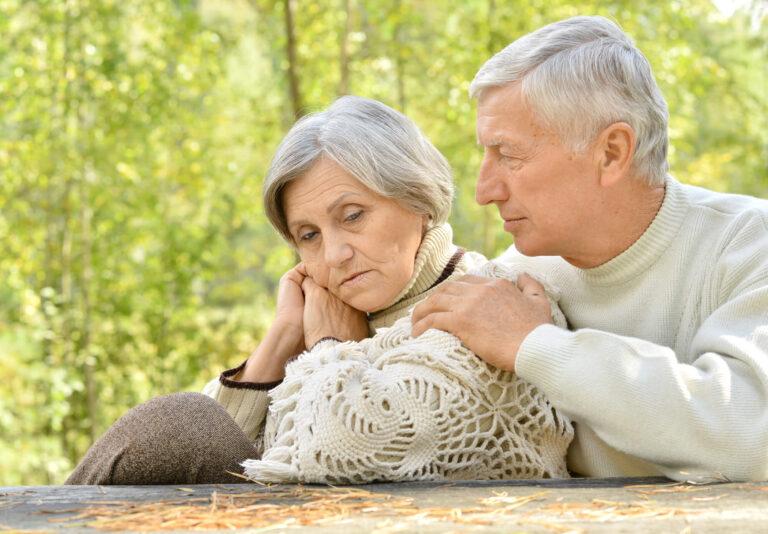 ניצול קשישים | זוג מבוגרים עצוב