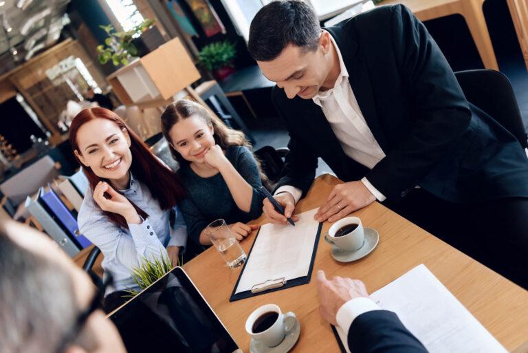 לצמצם את הפגיעה בילדים בהליך הגירושין | הורים חותמים על מסמך והילדה מאושרת