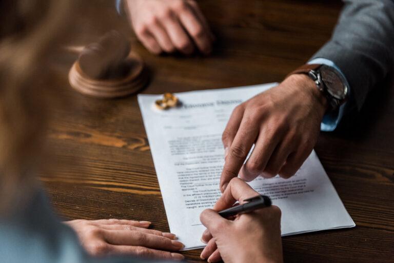 הסכם גירושין | חתימה על מסמך בבית משפט