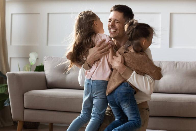משמורת משותפת | אבא מחבק את בנותיו