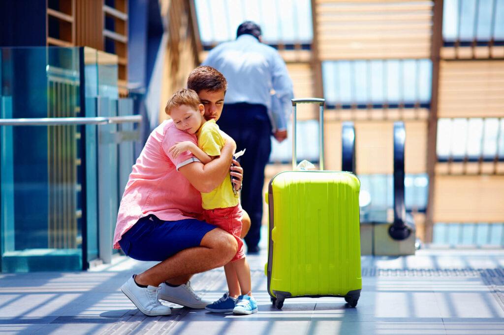 החזרת ילדים חטופים | אבא מחבק ילד בשדה תעופה