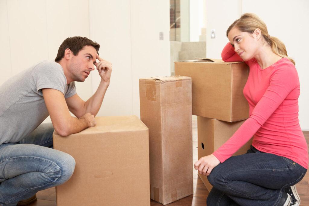הסדרים פוטנציאליים ביחס לדירת המגורים | זוג אורז מזוודות ועצוב